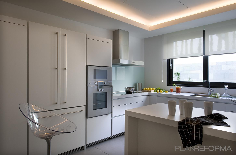 Cocina style moderno color azul cielo, blanco, gris, negro