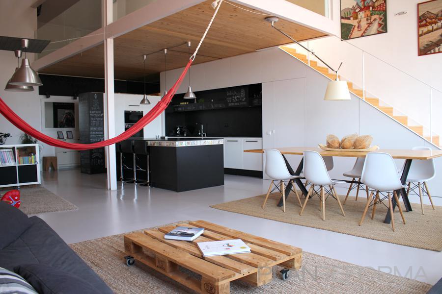 Comedor cocina salon escalera loft estilo moderno for Escaleras de salon