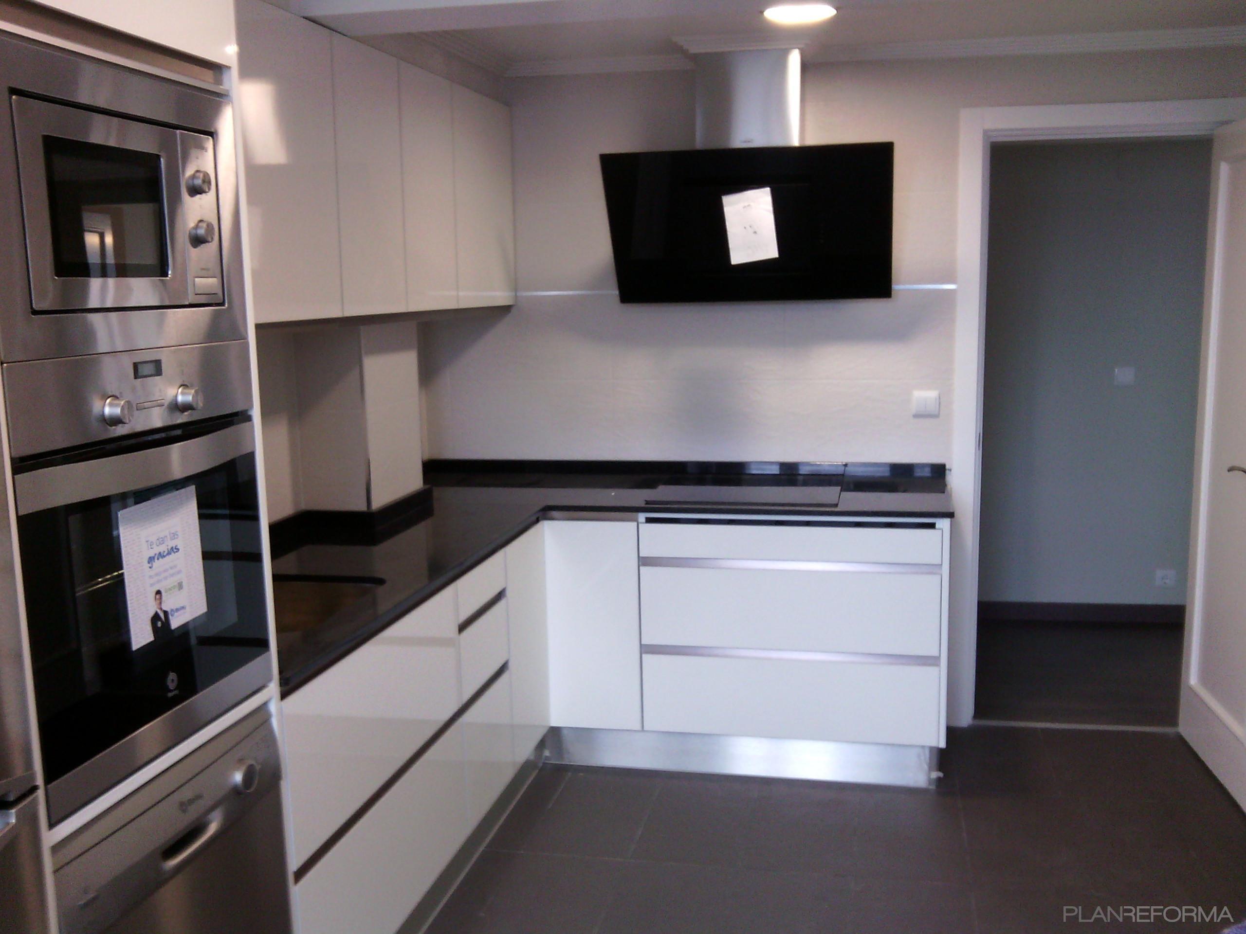 Cocina style contemporaneo color blanco, negro, plateado