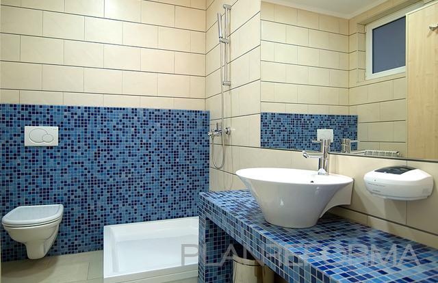Ba o tocador style contemporaneo color azul beige blanco - Banos en azul y blanco ...