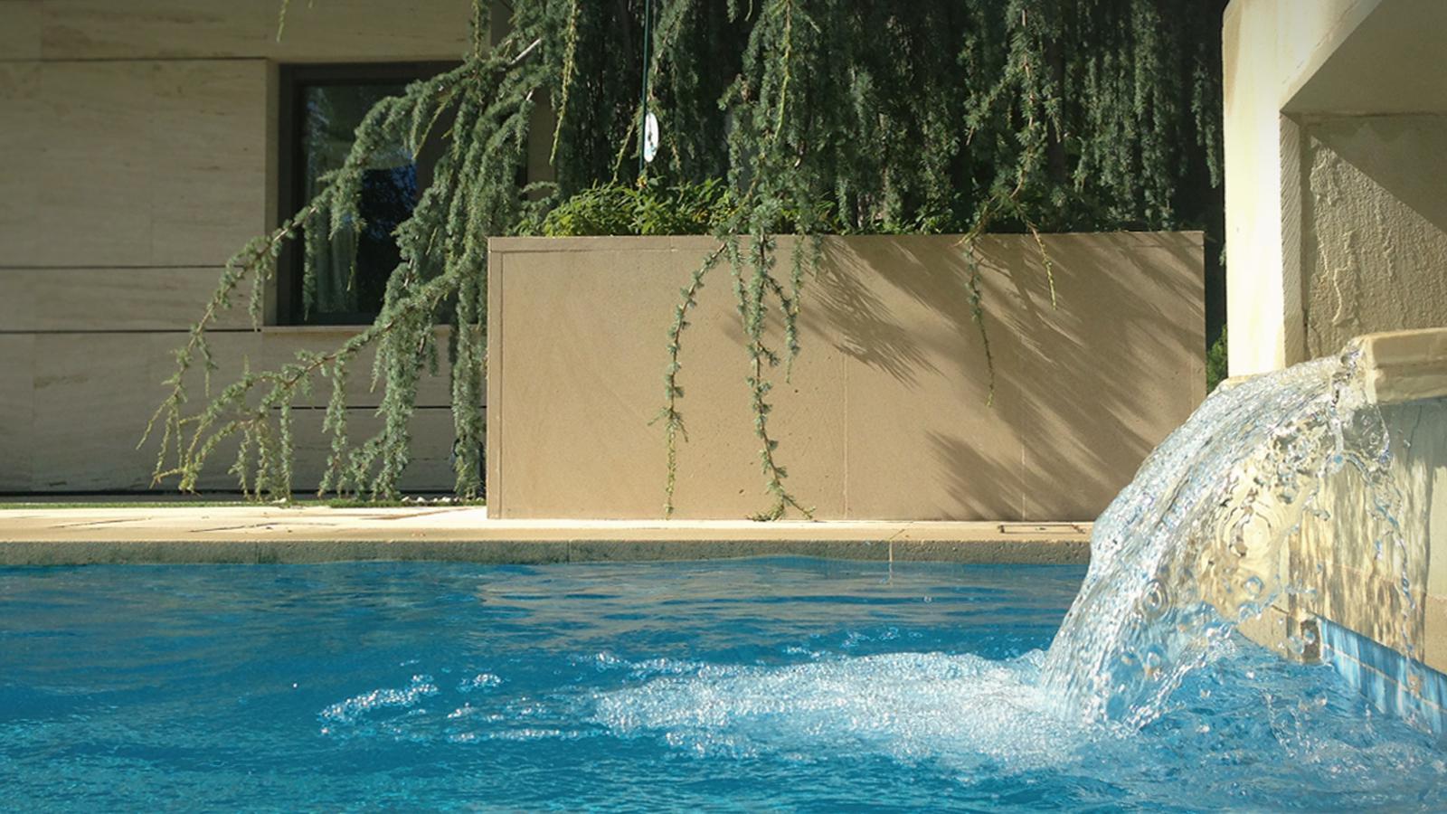 Piscina, Jardin Estilo moderno Color azul, azul oscuro  diseñado por UP PROYECTOS Y CONSTRUCCIONES | Gremio | Copyright UP PROYECTOS Y CONSTRUCCIONES