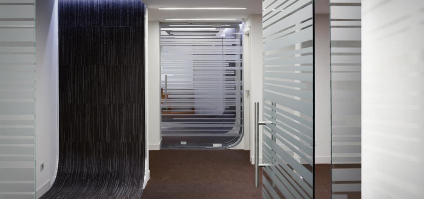 Oficina Estilo moderno Color plateado  diseñado por UP PROYECTOS Y CONSTRUCCIONES | Gremio | Copyright UP PROYECTOS Y CONSTRUCCIONES