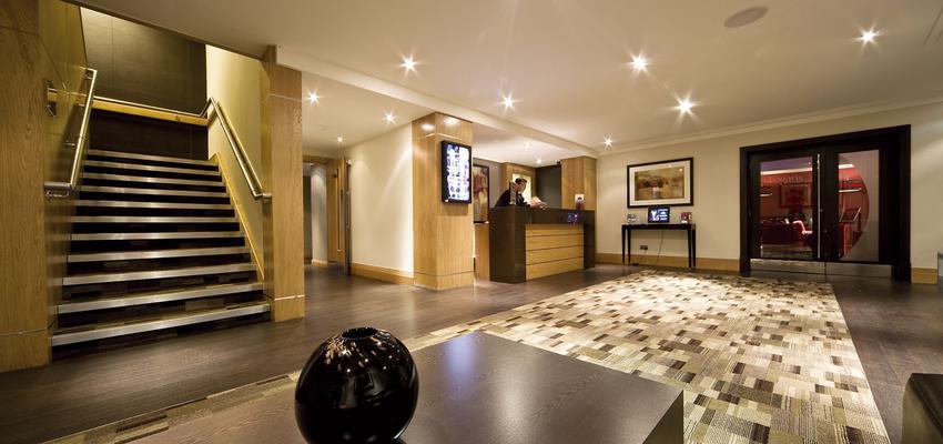 Hotel style contemporaneo color marron, marron, blanco, negro  diseñado por aparici | Marca colaboradora | Copyright Aparici