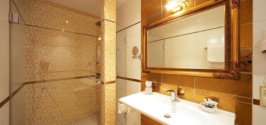 Baño style kitsch color marron, blanco, bronce  diseñado por aparici | Marca colaboradora | Copyright Aparici