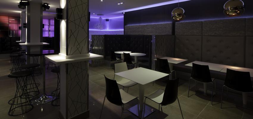 Cafeteria style contemporaneo color blanco, gris, gris, negro  diseñado por aparici | Marca colaboradora | Copyright Aparici