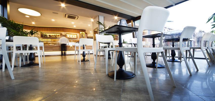 Restaurante style contemporaneo color blanco, gris, negro  diseñado por aparici | Marca colaboradora | Copyright Aparici