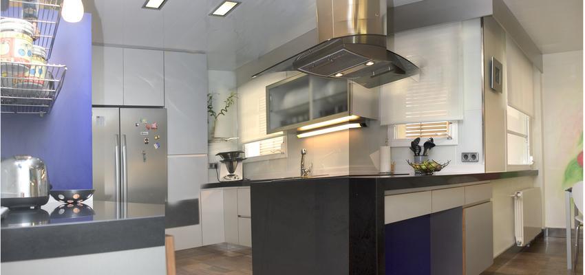 Cocina, Cafeteria Estilo contemporaneo Color azul oscuro, blanco, gris  diseñado por Francesc Plazas Nebot | Arquitecto | Copyright F.P.Arquitectura