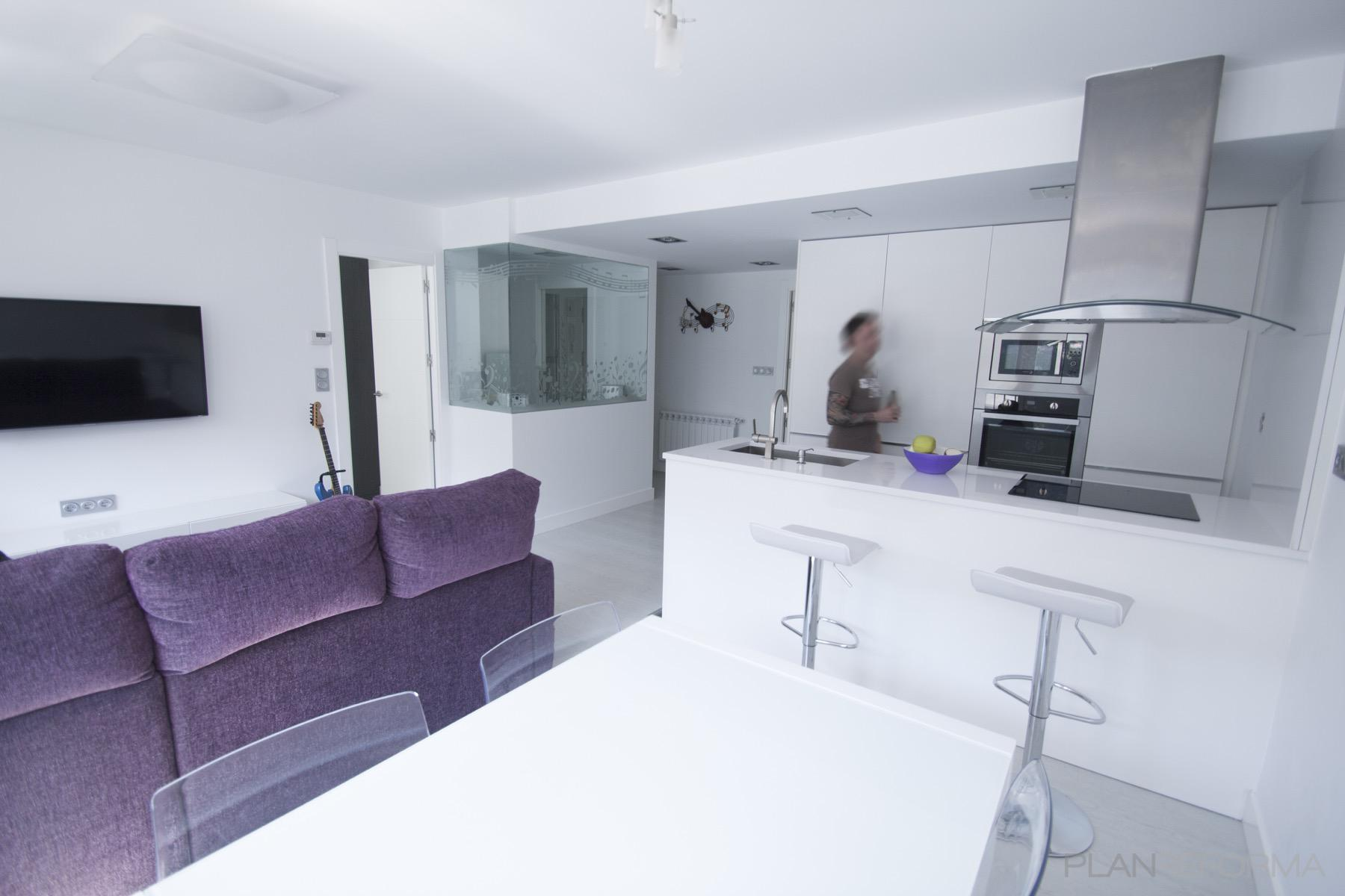 Comedor cocina salon estilo moderno color violeta for Comedor moderno blanco