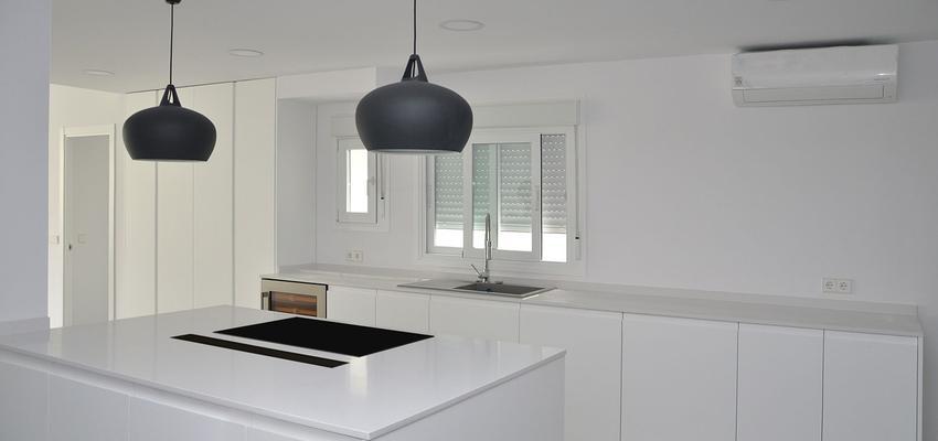 Cocina Estilo moderno Color blanco, gris  diseñado por Mirmen Arquitectura - Interiorismo - Reformas | Gremio | Copyright Mirmen Arquitectura