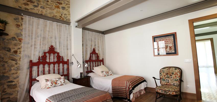 Dormitorio Estilo rustico Color rojo, marron, marron  diseñado por BR&C arquitectos | Arquitecto
