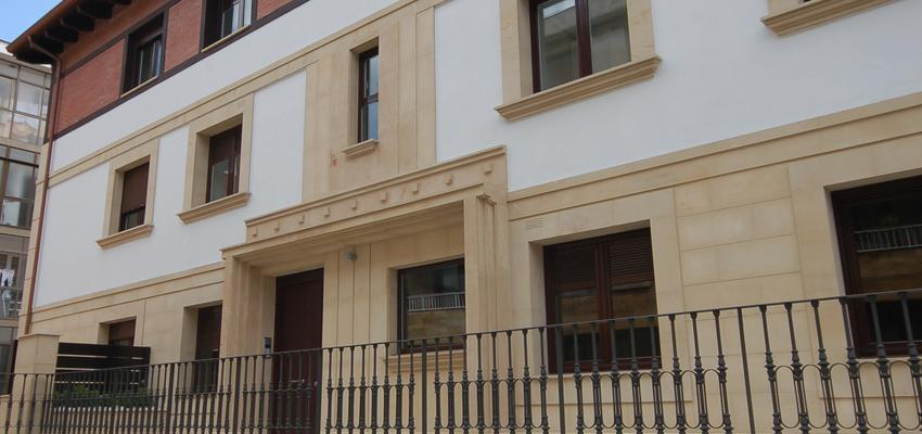 Exterior style clasico color beige, marron, marron  diseñado por BR&C arquitectos | Arquitecto