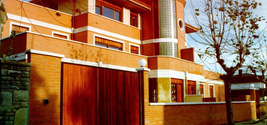 Exterior style clasico color marron, blanco, bronce  diseñado por BR&C arquitectos | Arquitecto