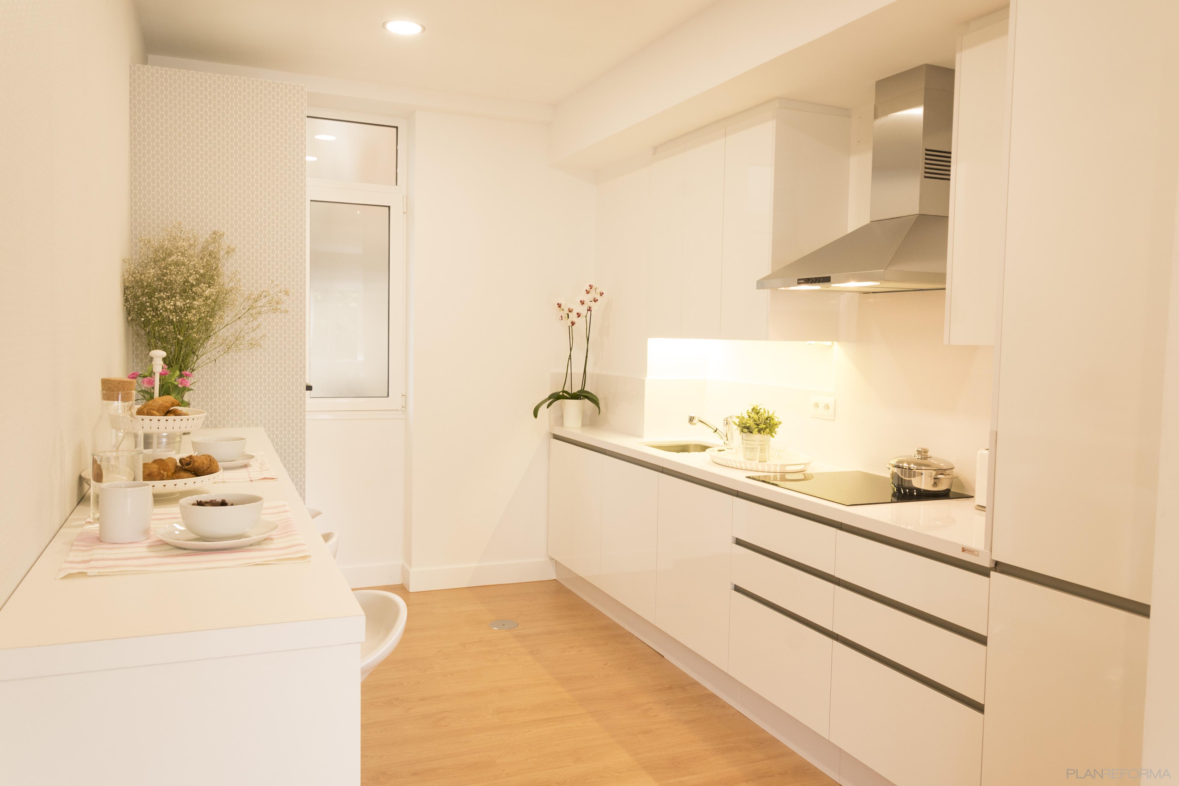 Cocina estilo moderno color ocre gris plateado for Cocina estilo moderno