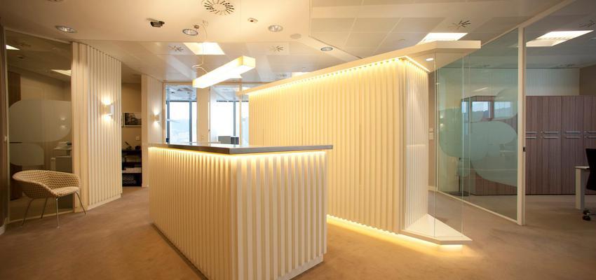 Oficina style moderno color beige, marron, blanco  diseñado por Sube Interiorismo  | Marca colaboradora