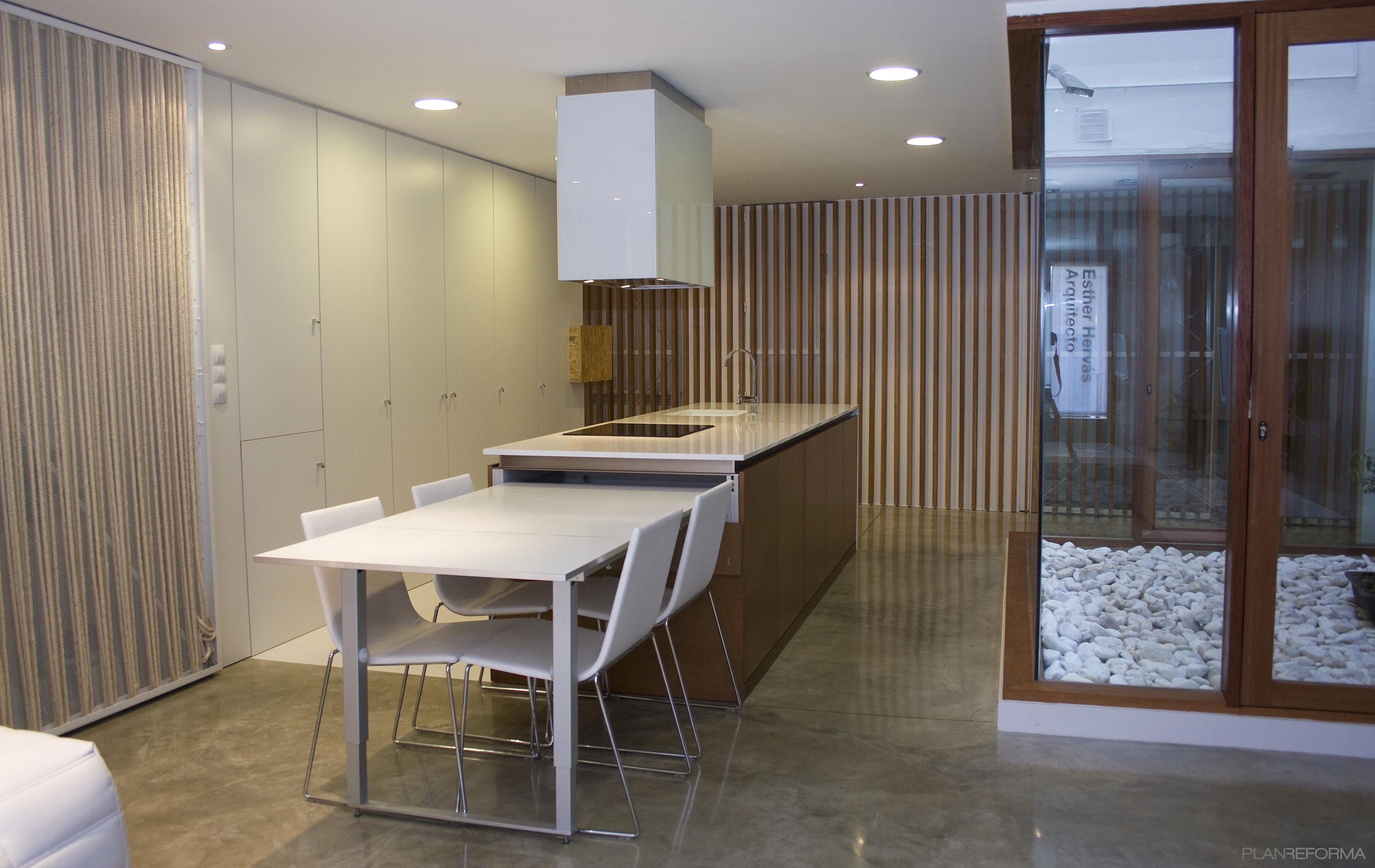 Comedor cocina patio style moderno color marron blanco for Comedor gris moderno