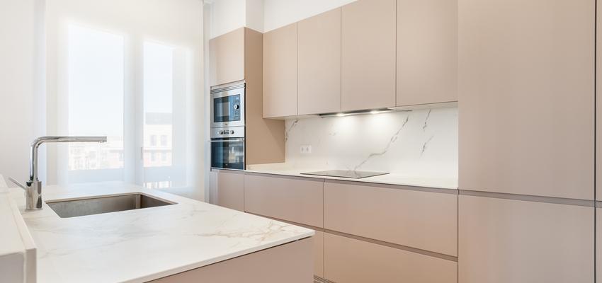 Cocina Estilo moderno Color beige, beige, blanco  diseñado por altia group S.L.U. | Gremio | Copyright altia Group