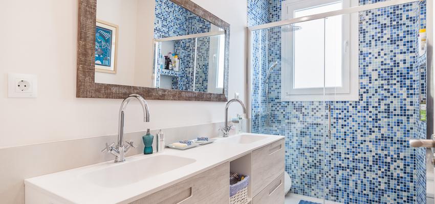 Baño Estilo moderno Color azul oscuro, blanco, negro  diseñado por altia group S.L.U. | Gremio | Copyright altia Group