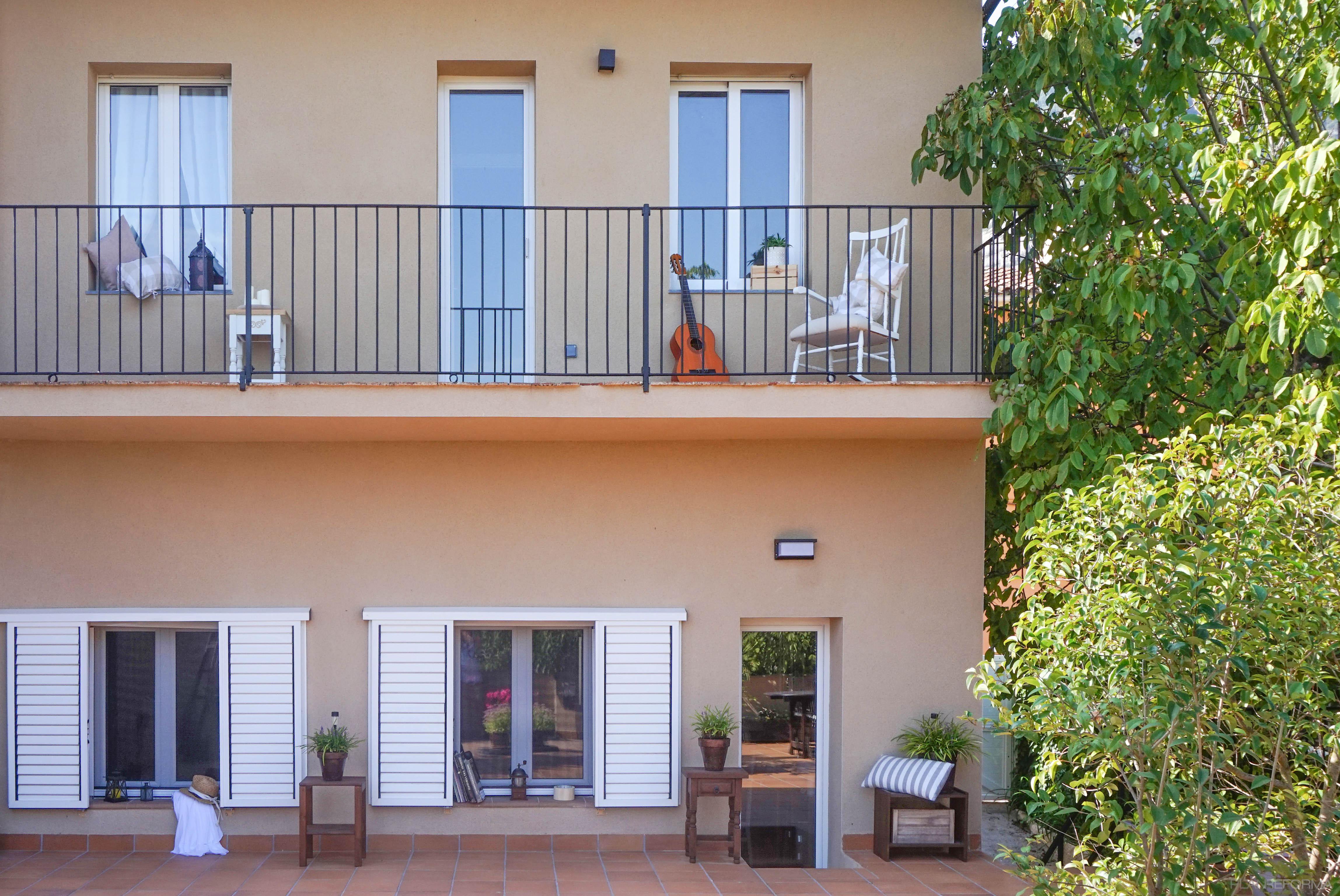 Terraza, Exterior Estilo mediterraneo Color verde, beige, marron  diseñado por Estudi a l'Àtic | Arquitecto | Copyright Estudi a l'Àtic