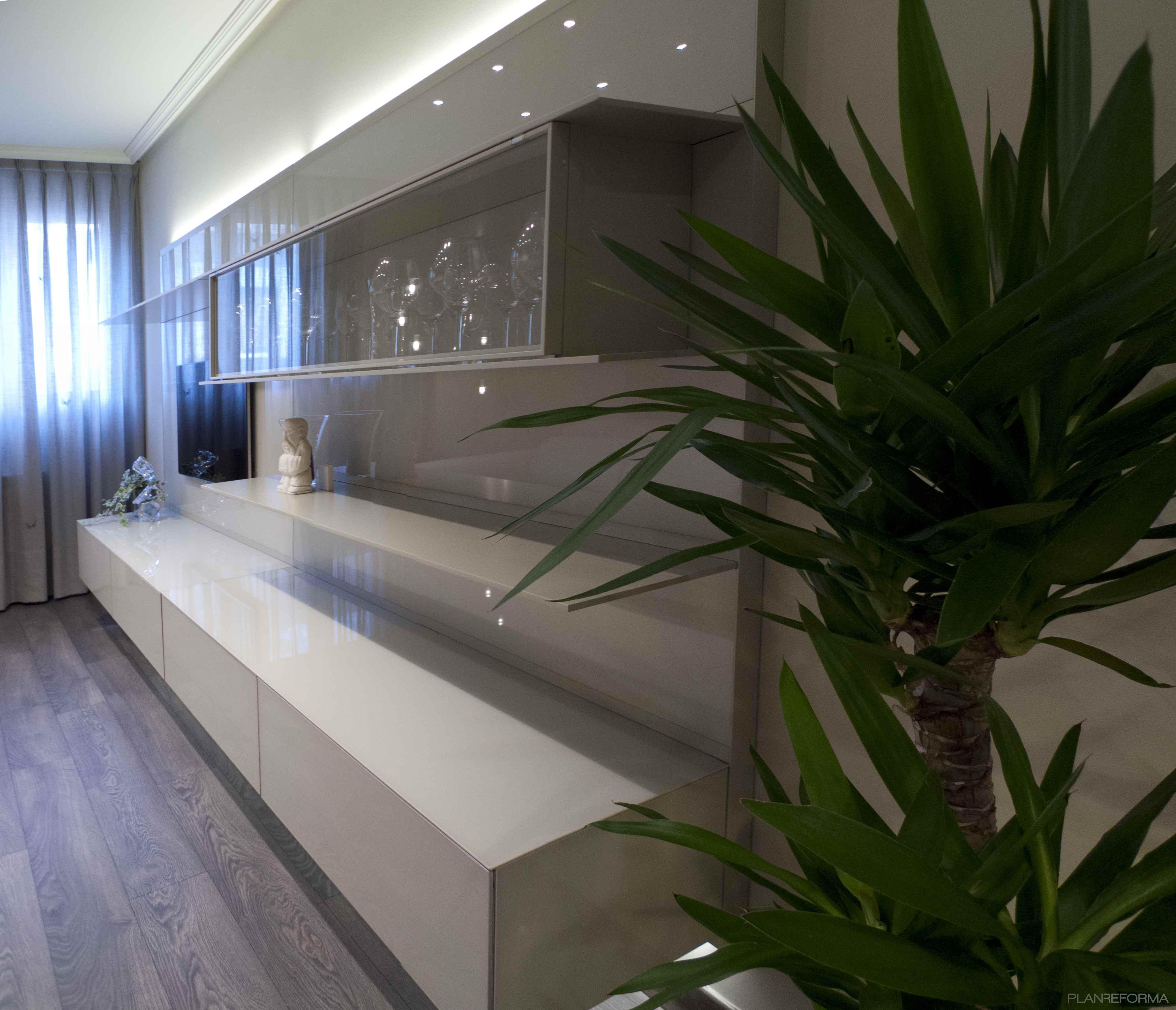 Sala de la tv salon estilo moderno color beige blanco gris - Interiorismo salones modernos ...
