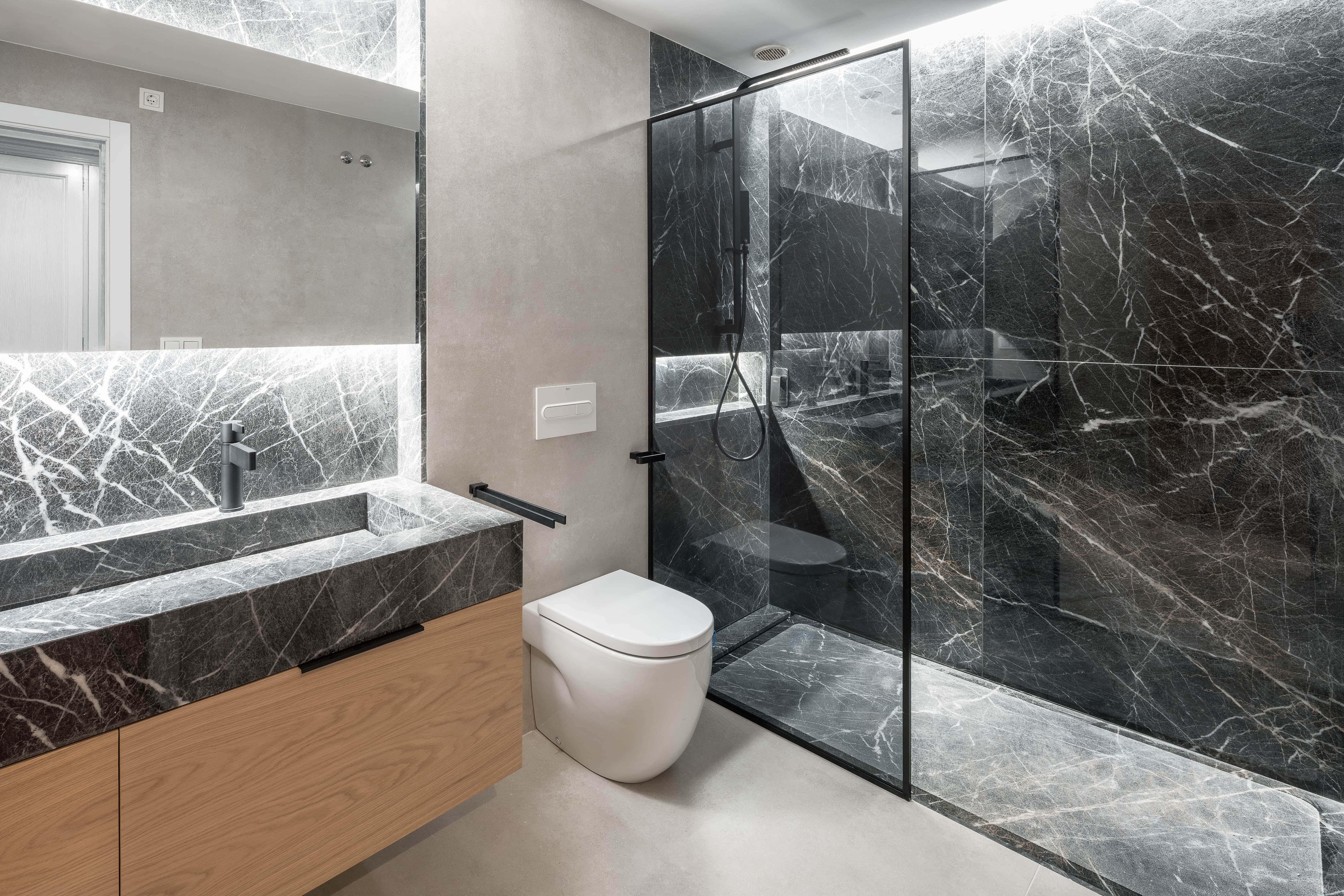 Baño Estilo contemporaneo Color beige, blanco, negro  diseñado por Enrique Canellas | Arquitecto | Copyright Canlopstudio