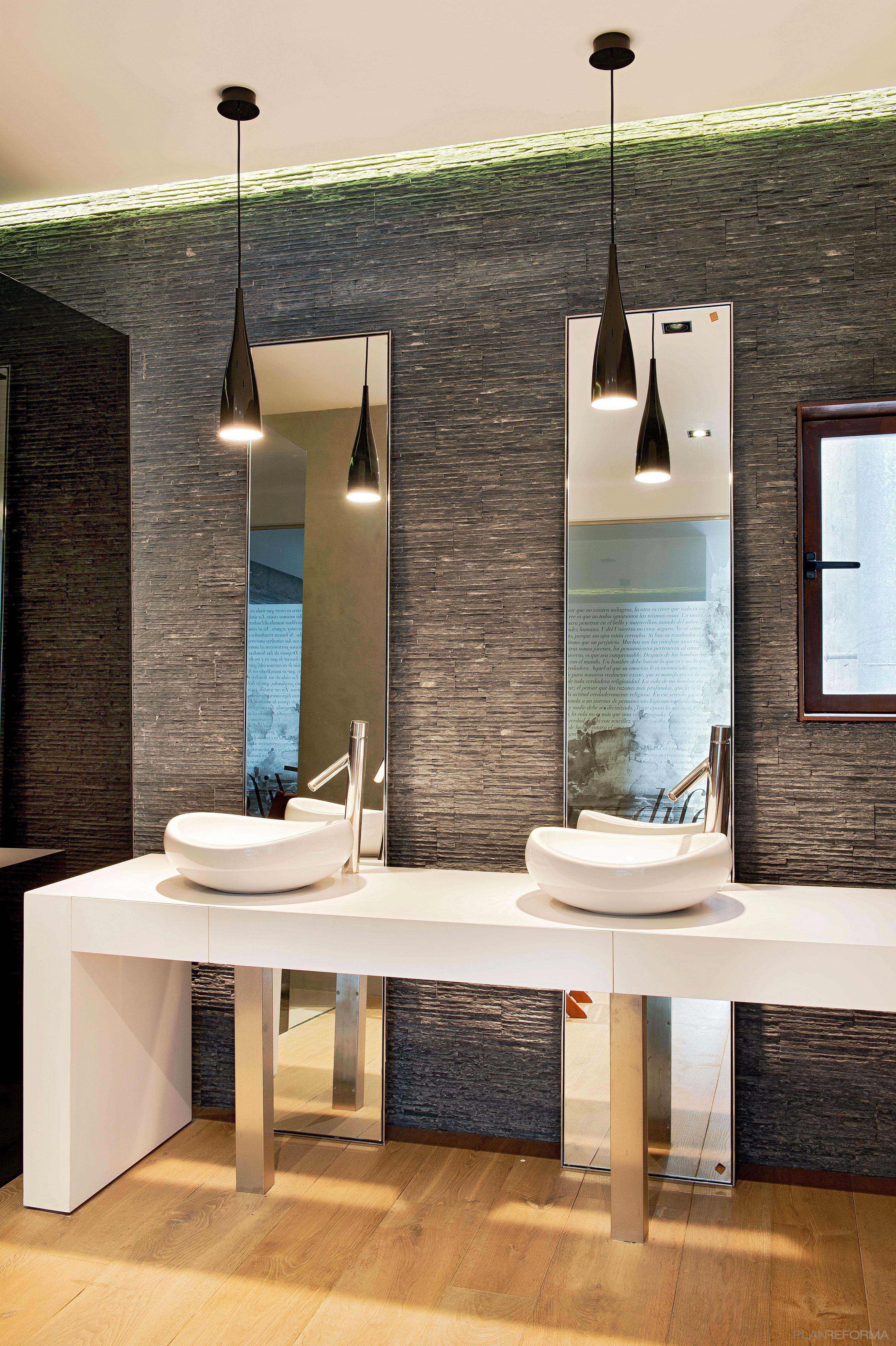 Baños Grises Modernos:Baño Estilo moderno Color marron, blanco, gris, gris, negro diseñado