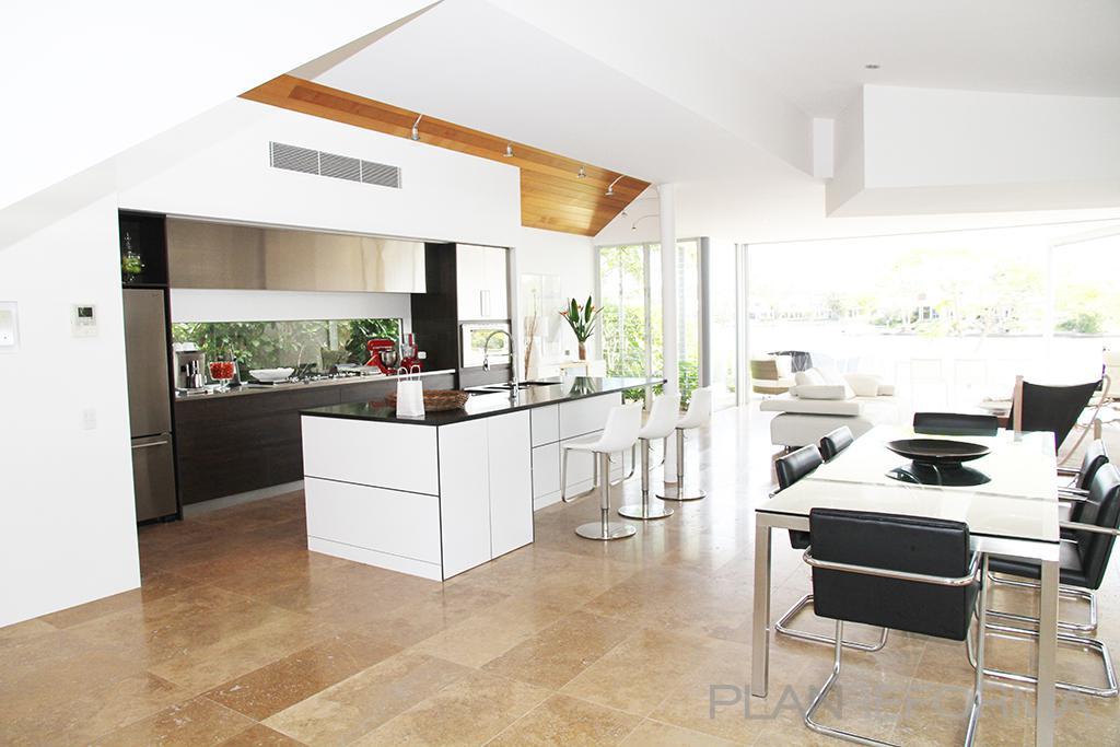 Comedor cocina salon estilo moderno color beige blanco for Decoracion cocina comedor