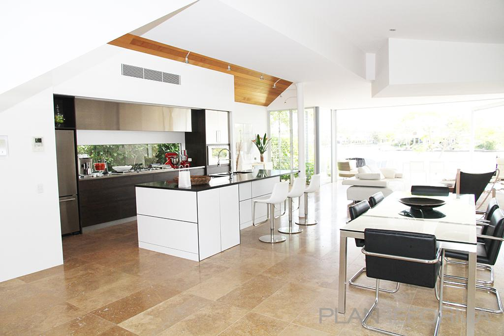 Comedor cocina salon estilo moderno color beige blanco for Comedor moderno blanco