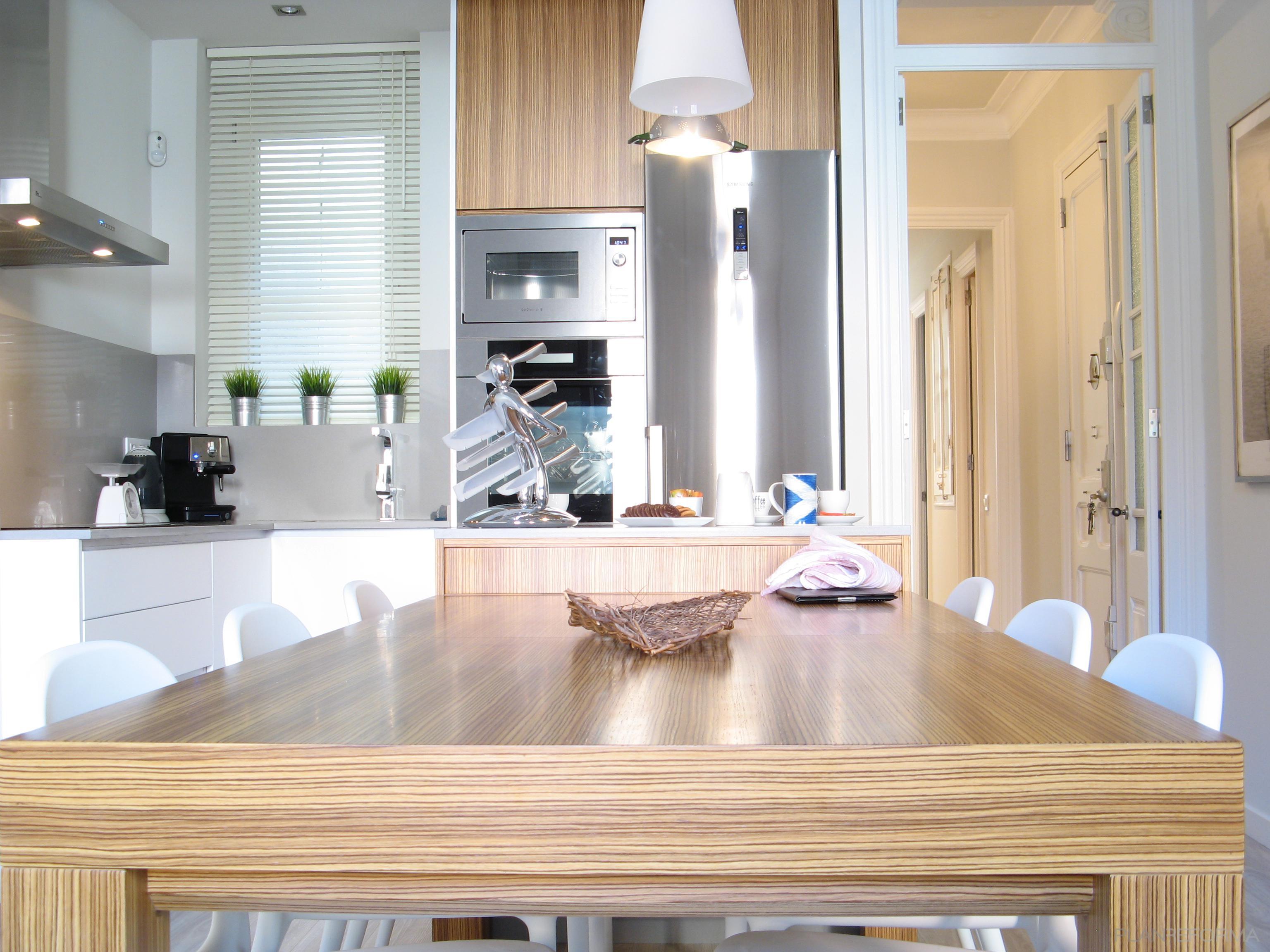 Comedor, Cocina, Salon Estilo tradicional Color ocre, gris, plateado  diseñado por Estudi de Arquitectura & Eficiencia Energètica GPA S.L   Arquitecto Técnico   Copyright gpa Arquitectura