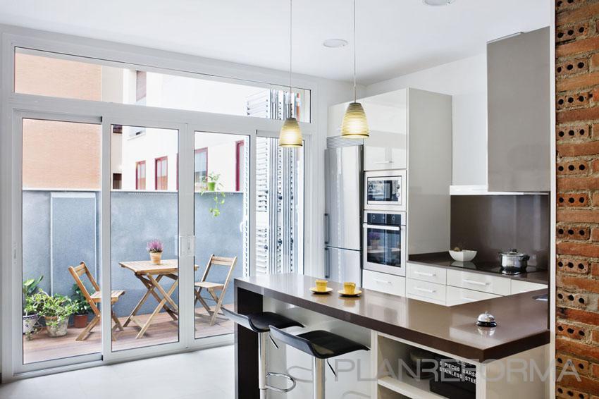 Terraza, Cocina Estilo contemporaneo Color marron, blanco  diseñado por Estudi de Arquitectura & Eficiencia Energètica GPA S.L   Arquitecto Técnico