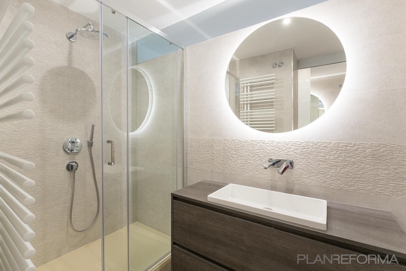 Baño Estilo contemporaneo Color beige, marron, bronce  diseñado por Aquí tu Reforma | Gremio | Copyright Aquí tu Reforma
