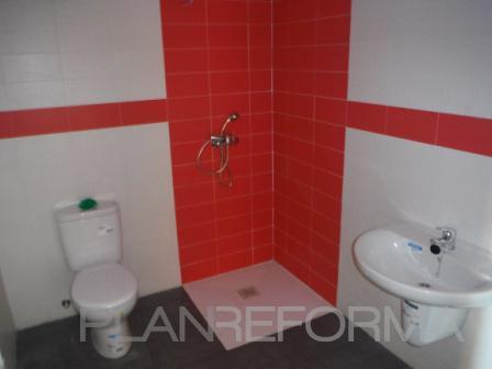 Baño style moderno color rojo, blanco, gris