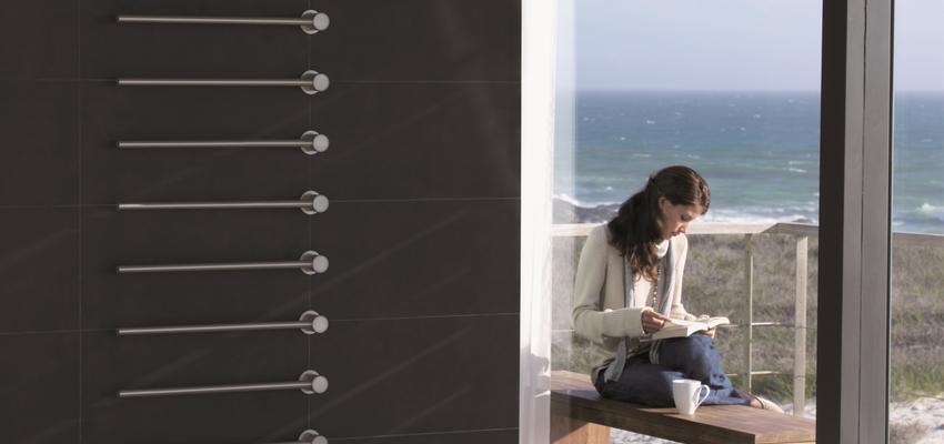 Vestibulo, Balcon style contemporaneo color blanco, gris, negro  diseñado por Vola | Marca colaboradora