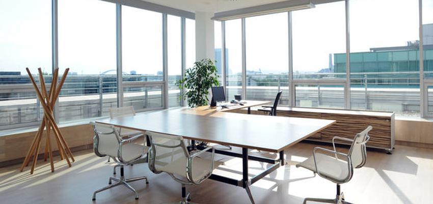Oficina style contemporaneo color marron, blanco, negro  diseñado por VITRA | Marca colaboradora | Copyright Vitra