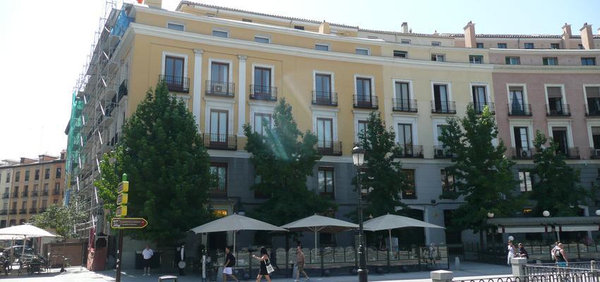 Exterior style clasico color amarillo, marron, blanco  diseñado por Juan Génova   Arquitecto
