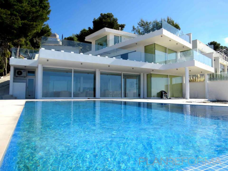 Piscina exterior style moderno color azul cielo blanco gris for Piscina exterior