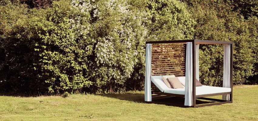 Exterior style contemporaneo color marron, marron, blanco  diseñado por KETTAL | Marca colaboradora | Copyright Kettal