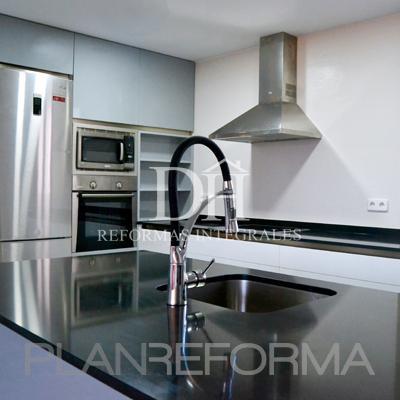 Comedor, Cocina Estilo contemporaneo Color azul, gris, plateado  diseñado por DH Reformas   Gremio   Copyright Deshiria Home para su departamento de DH Reformas Integrales