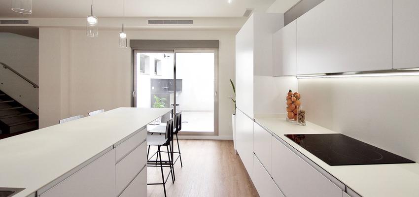 Cocina Estilo moderno Color marron, marron, blanco  diseñado por Serveis Generals. JW   Gremio