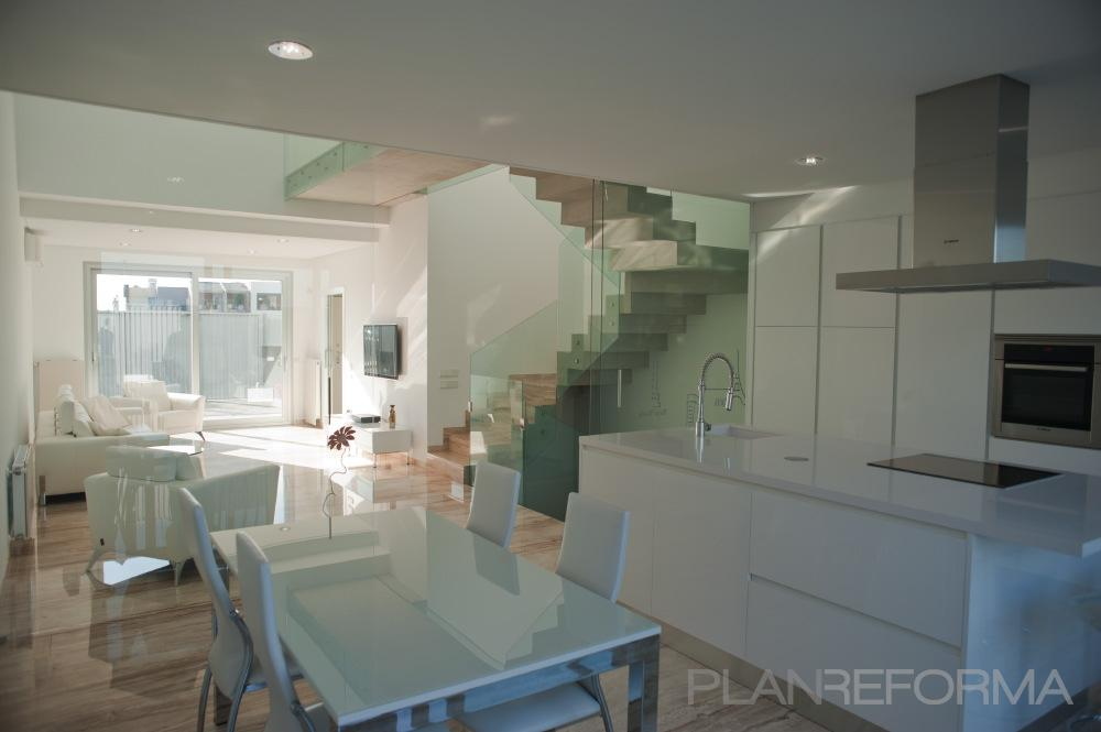 Comedor cocina salon escalera style moderno color blanco - Cocina salon comedor ...