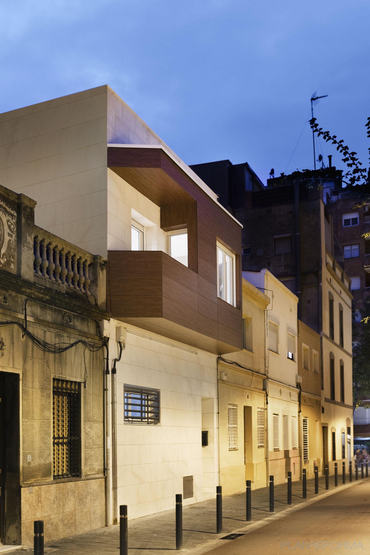 Balcon, Exterior Estilo vanguardista Color beige, marron, blanco  diseñado por Estudi de Arquitectura & Eficiencia Energètica GPA S.L | Arquitecto Técnico