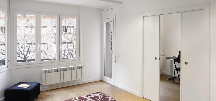 Dormitorio, Vestidor, Oficina Estilo mediterraneo Color marron, blanco  diseñado por Estudi de Arquitectura & Eficiencia Energètica GPA S.L | Arquitecto Técnico