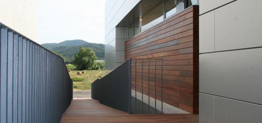 Exterior, Oficina style vanguardista color marron, gris  diseñado por Estudi de Arquitectura & Eficiencia Energètica GPA S.L | Arquitecto Técnico