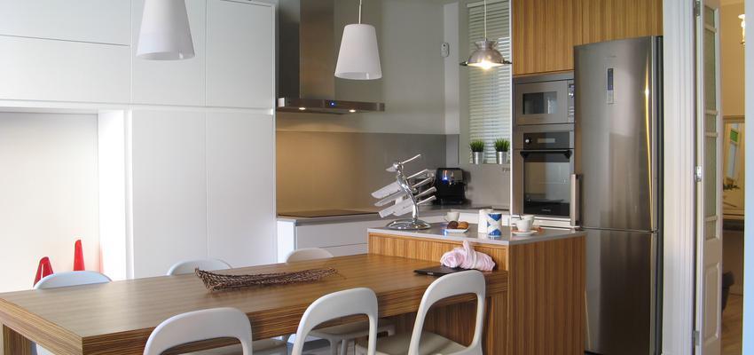 Comedor, Cocina Estilo mediterraneo Color marron, blanco, plateado  diseñado por Estudi de Arquitectura & Eficiencia Energètica GPA S.L | Arquitecto Técnico | Copyright gpa Arquitectura