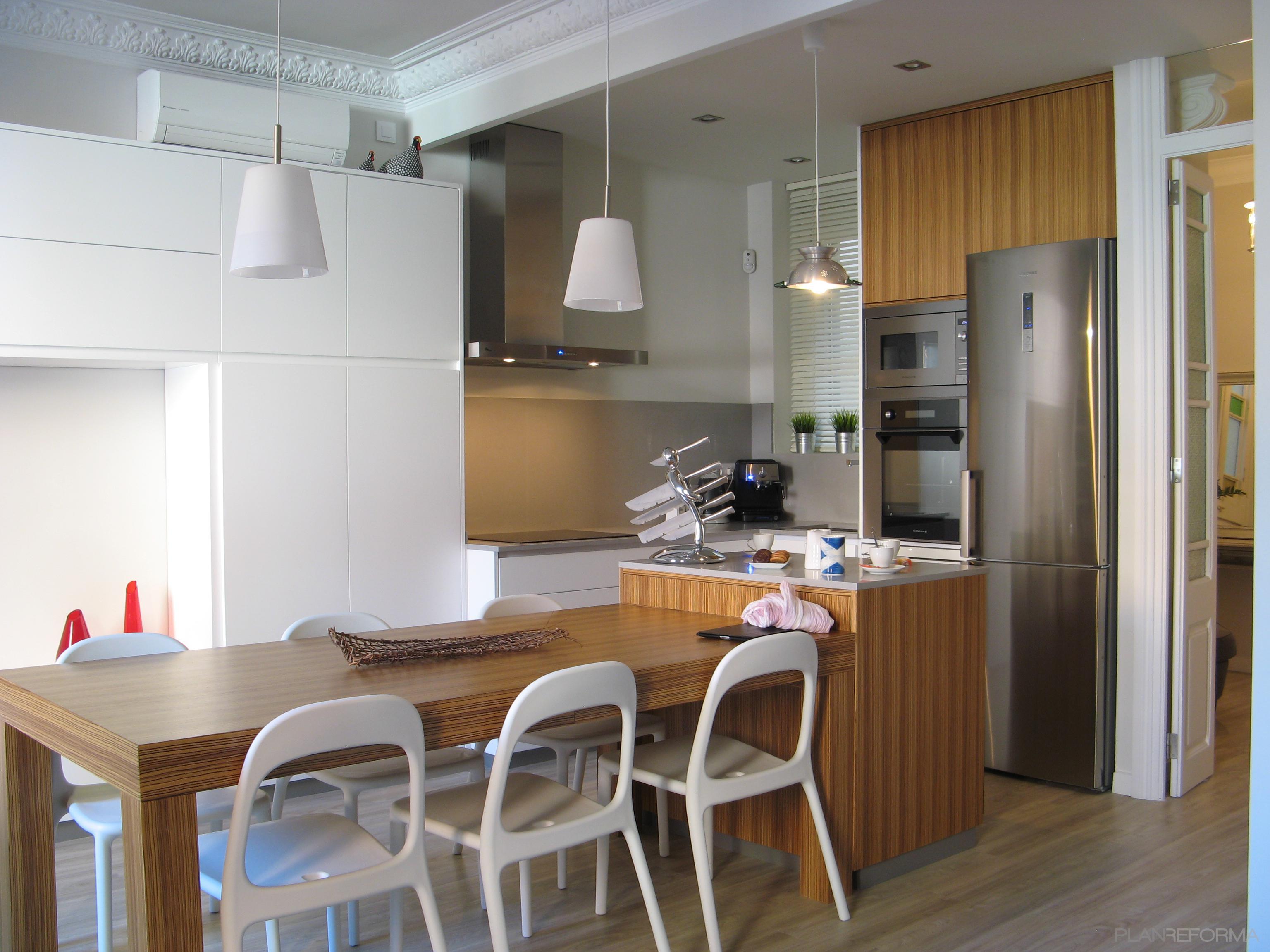 Comedor, Cocina Estilo mediterraneo Color marron, blanco, plateado