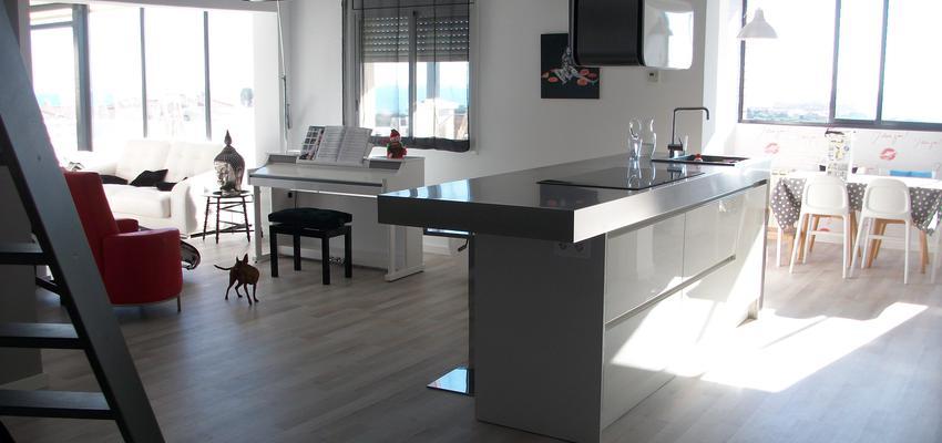 Cocina, Salon, Sala de musica Estilo eclectico Color beige, gris, plateado  diseñado por Estudi de Arquitectura & Eficiencia Energètica GPA S.L   Arquitecto Técnico   Copyright gpa Arquitectura