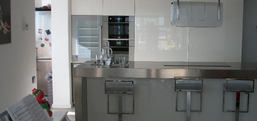 Cocina, Salon style moderno color beige, gris, plateado  diseñado por Estudi de Arquitectura & Eficiencia Energètica GPA S.L | Arquitecto Técnico | Copyright gpa Arquitectura
