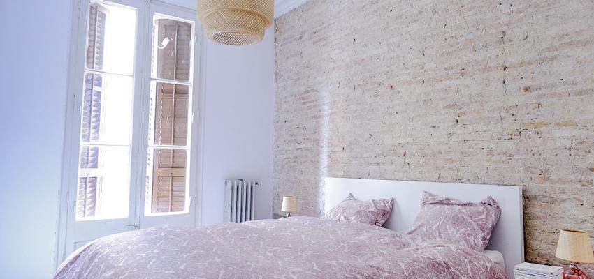 Dormitorio Estilo mediterraneo Color rosa, beige, blanco  diseñado por Estudi de Arquitectura & Eficiencia Energètica GPA S.L | Arquitecto Técnico | Copyright Estudi d'Arquitectura & Eficiencia energetica GPA, S.L.