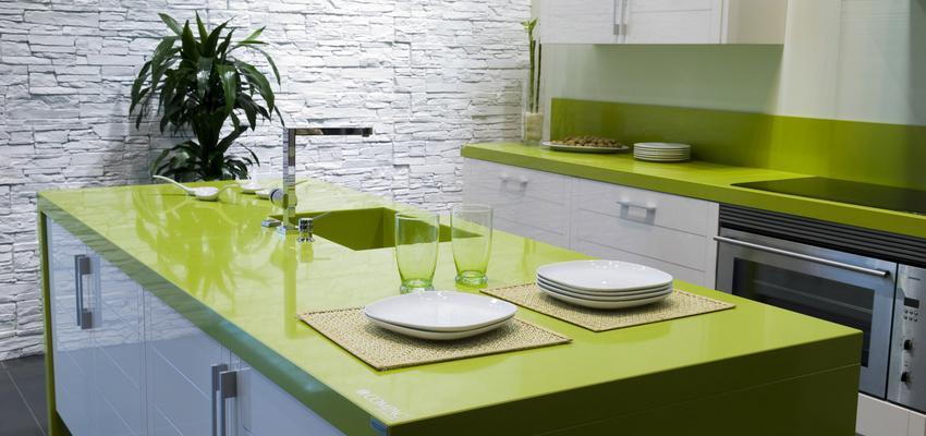 Cocina style contemporaneo color verde, blanco  diseñado por COMPAC   Marca colaboradora   Copyright Compac