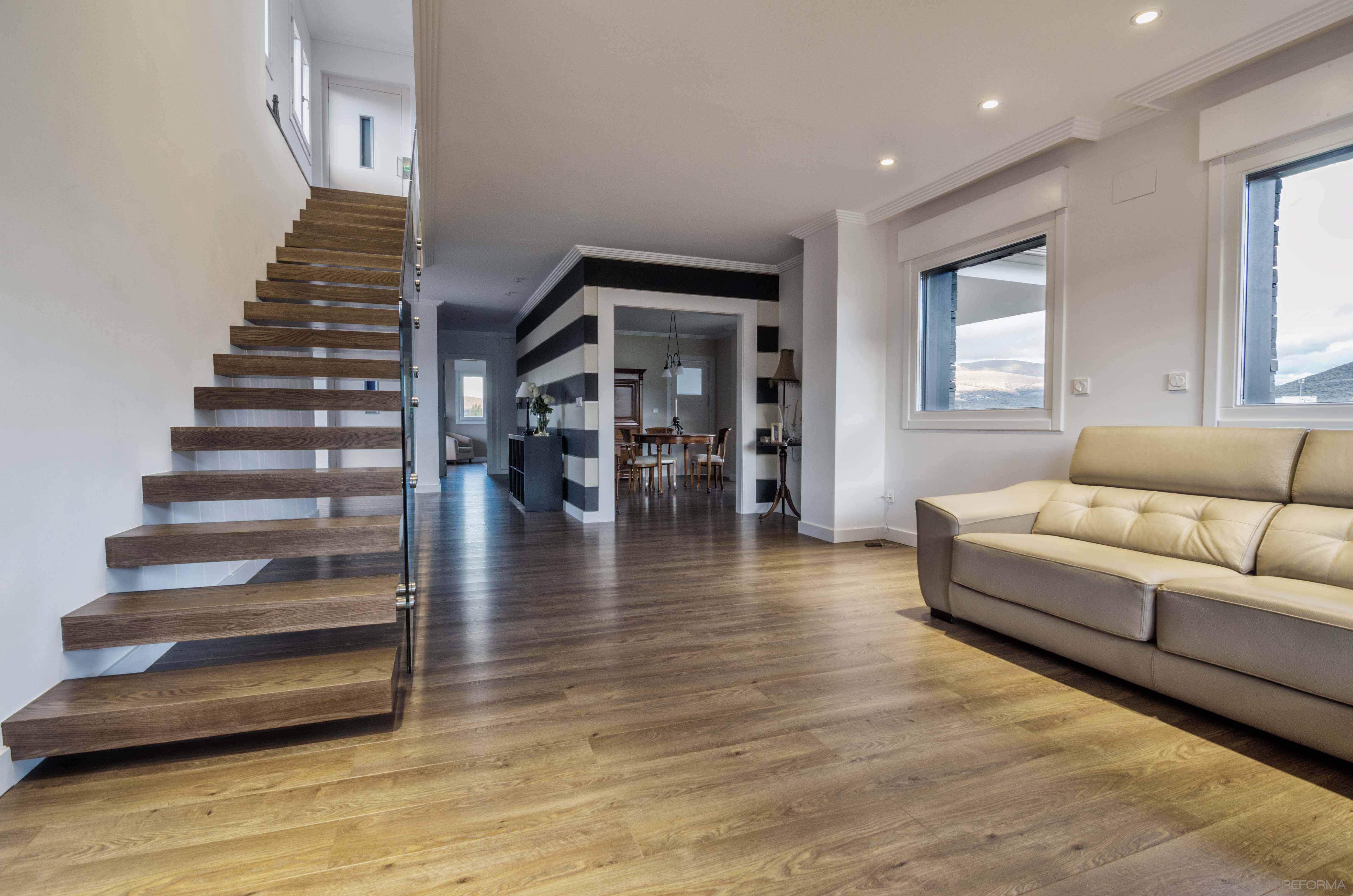 Salon escalera estilo moderno color beige marron marron for Escaleras de salon