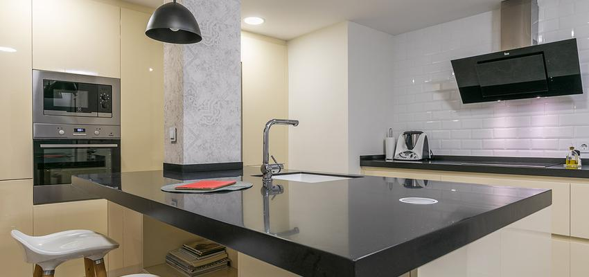 Cocina Estilo moderno Color beige, blanco, negro  diseñado por altia group S.L.U. | Gremio | Copyright altia Group